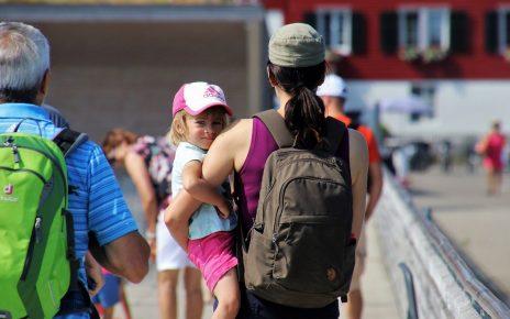 Un enfant dans les bras d'une femme